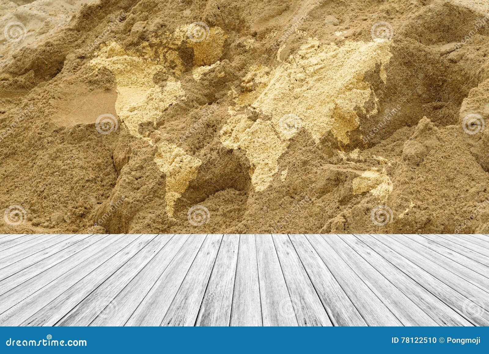 De oppervlakte van de zandtextuur met houten terras en wereldkaart