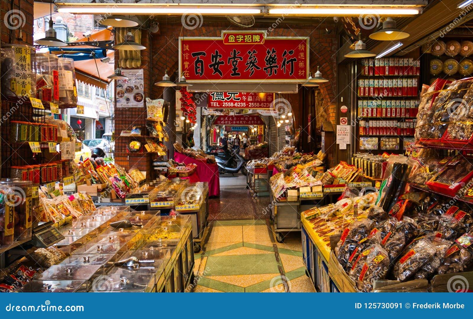 De opslag verkopende droge traditionele Chinese kruidengeneeskunde van de stoepapotheek