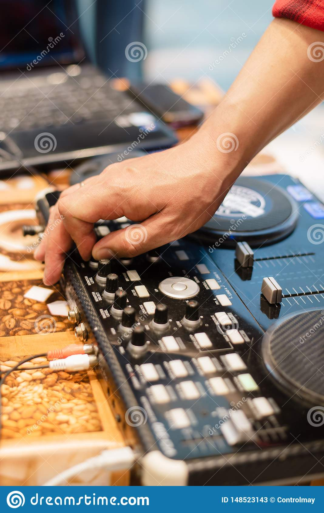 De opstelling van DJ bij een partij