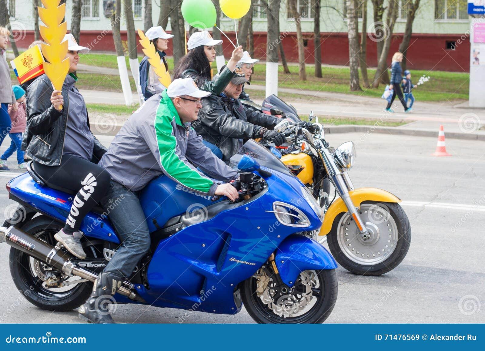 De optocht, parade 1 Mei, 2016 in de stad van Cheboksary, Chuvash Republiek, Rusland Fietsers op motorfietsen met meisjes