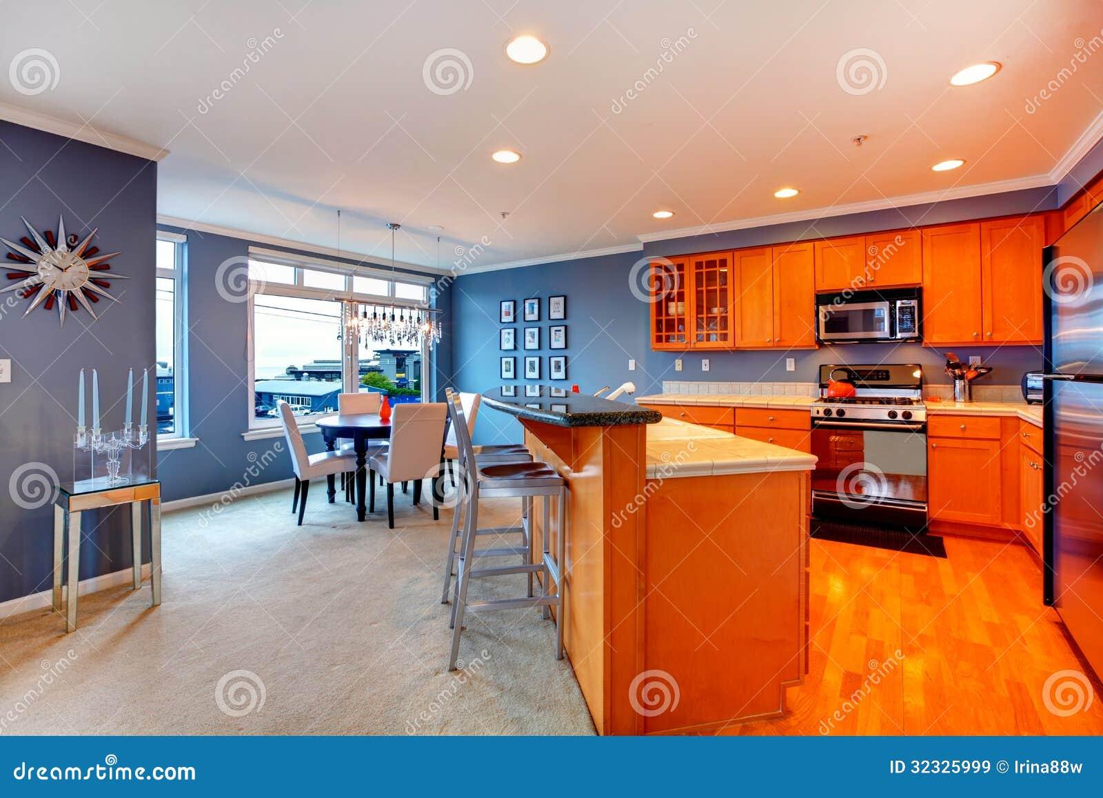 De oranje houten keuken van de stadsflat met blauwe eetkamer royalty vrije stock afbeeldingen - Meubilair outdoor houten keuken ...