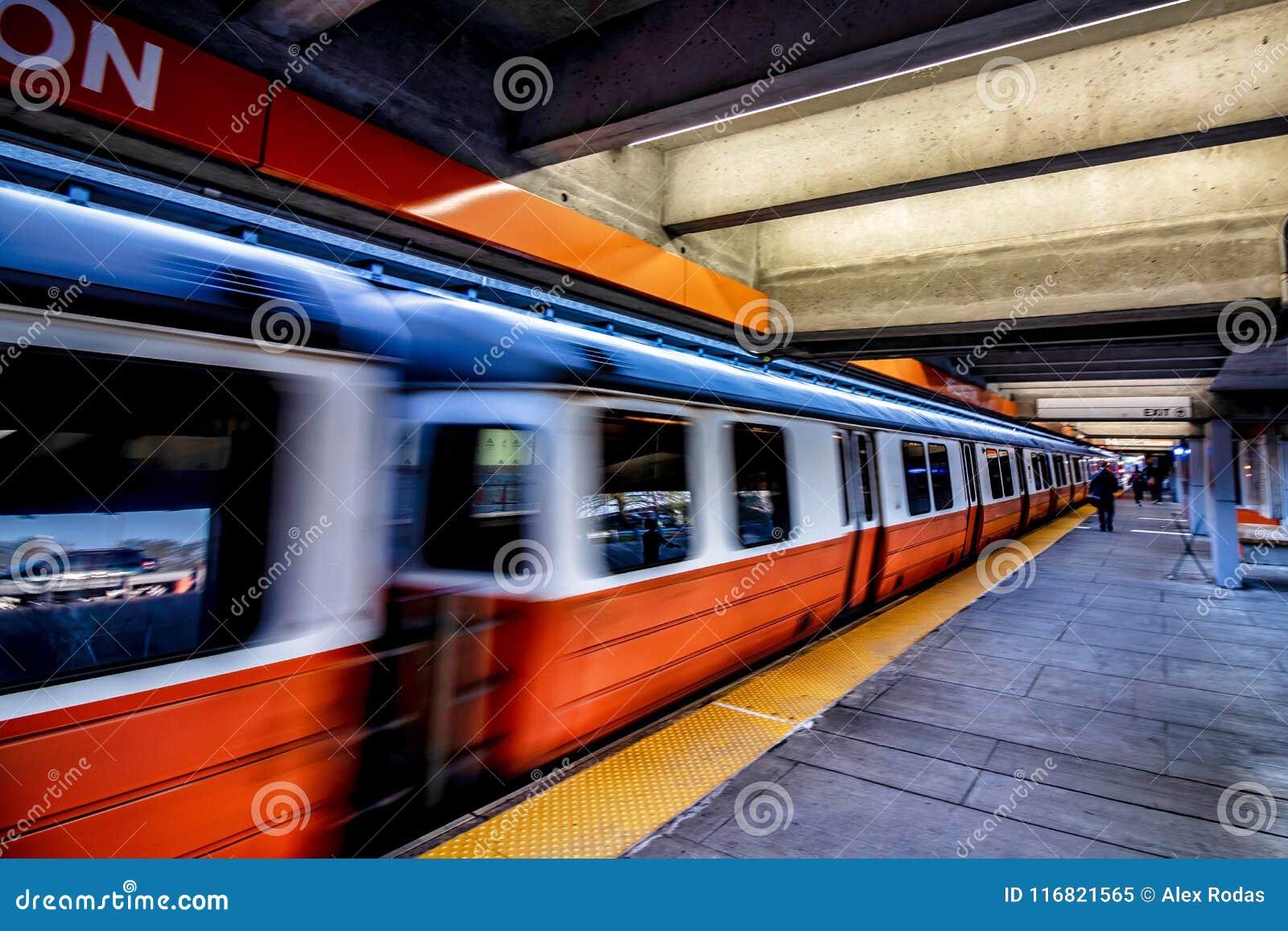 De Oranje Lijn van Wellington Train Station MBTA in Everett, Massachusetts