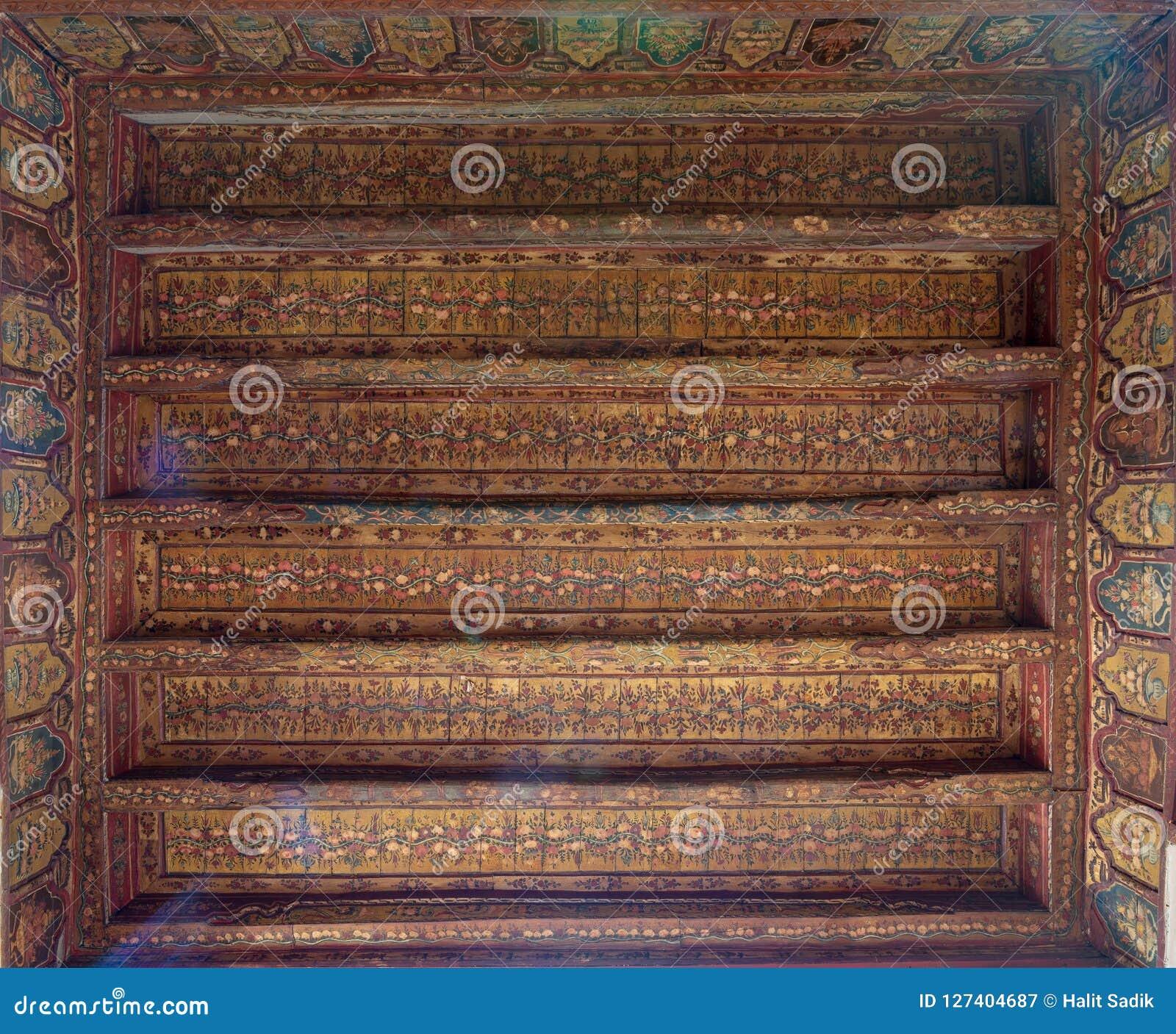 De ottomaneera verfraaide houten plafond met gouden bloemenpatroondecoratie bij historisch Huis van Egyptische Architectuur