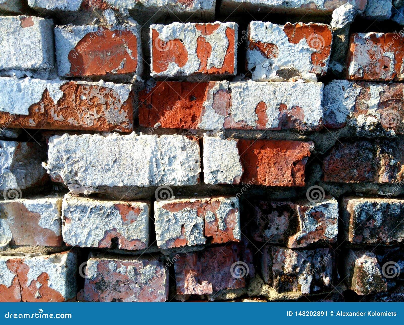 De oude bakstenen muur wordt gemaakt van rode bakstenen