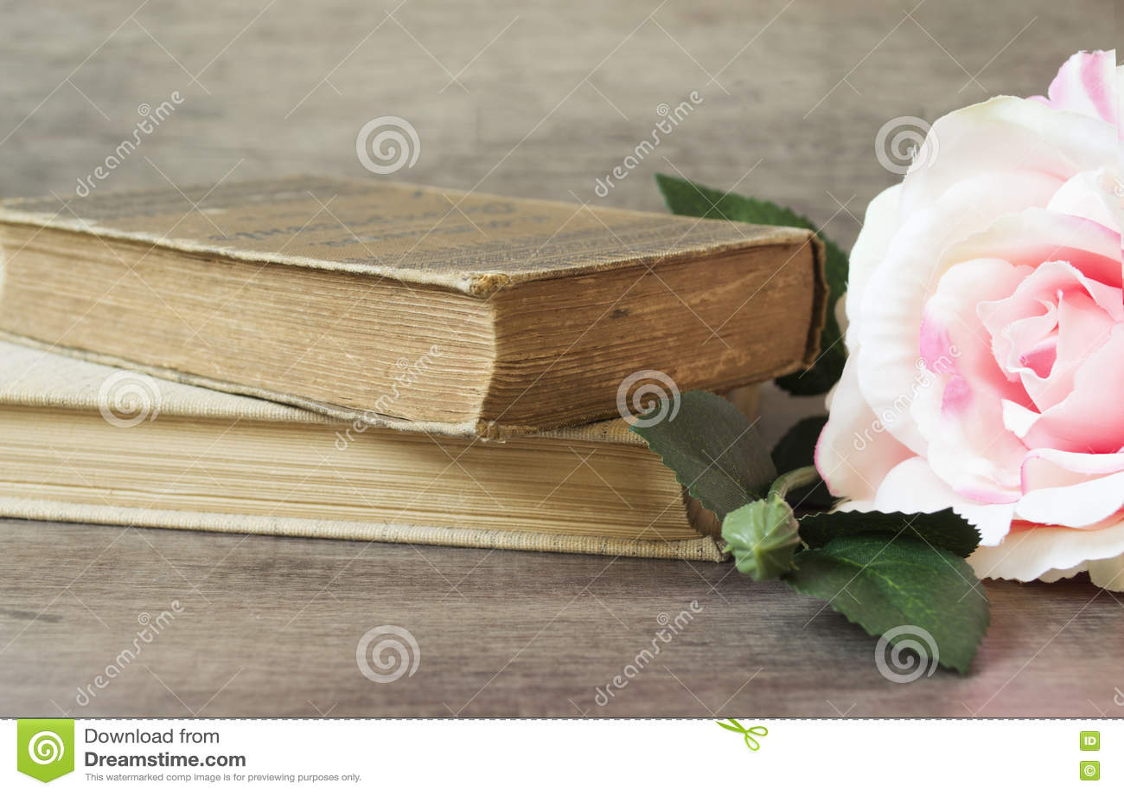 De oude boeken en de bloem namen op een houten achtergrond toe Romantische bloemenkaderachtergrond Beeld die van bloemen op een a