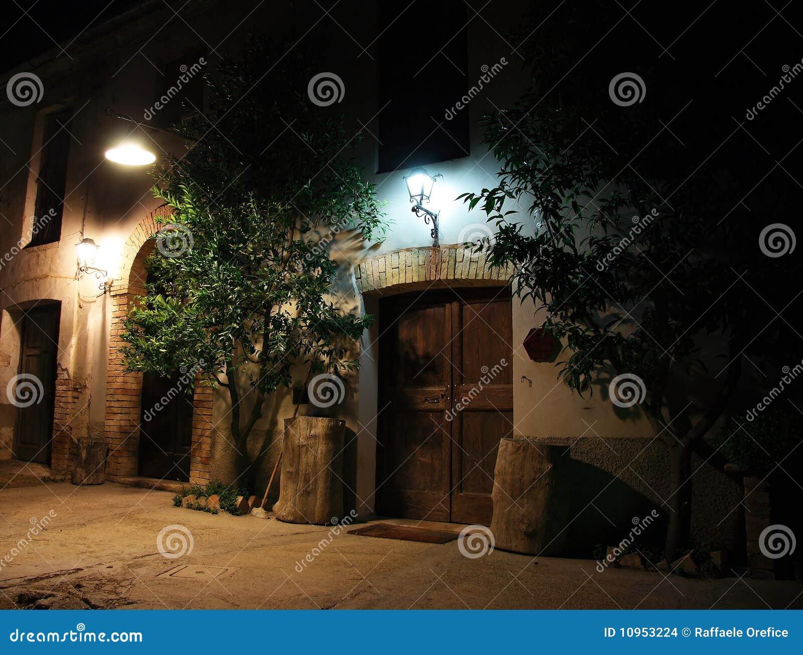 De oude bouw die bij nacht wordt aangestoken