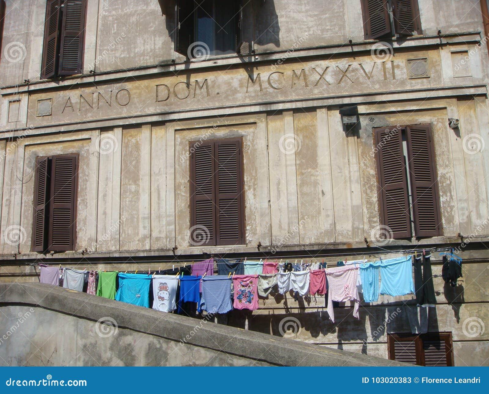 De oude bouw van het district Garbatella in Rome met één of andere opgeschorte wasserij die het opdrogen van ` s Roman Forum van
