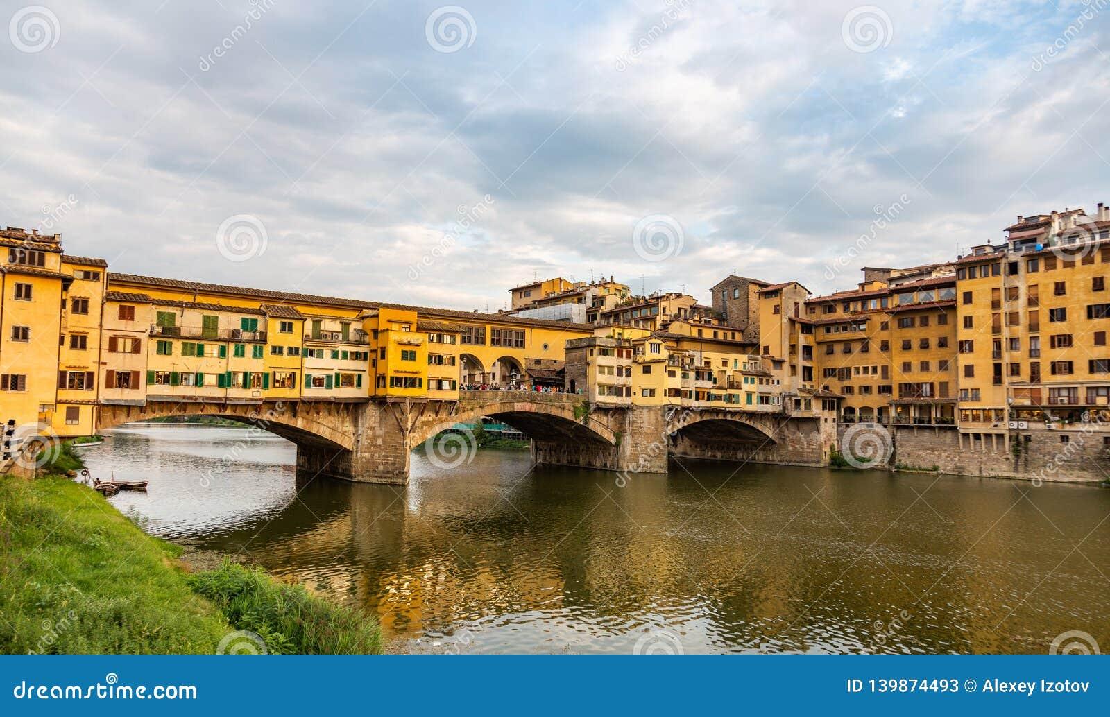 De oude brug van Ponte Vecchio met zijn vele juwelenopslag in Florence, Italië