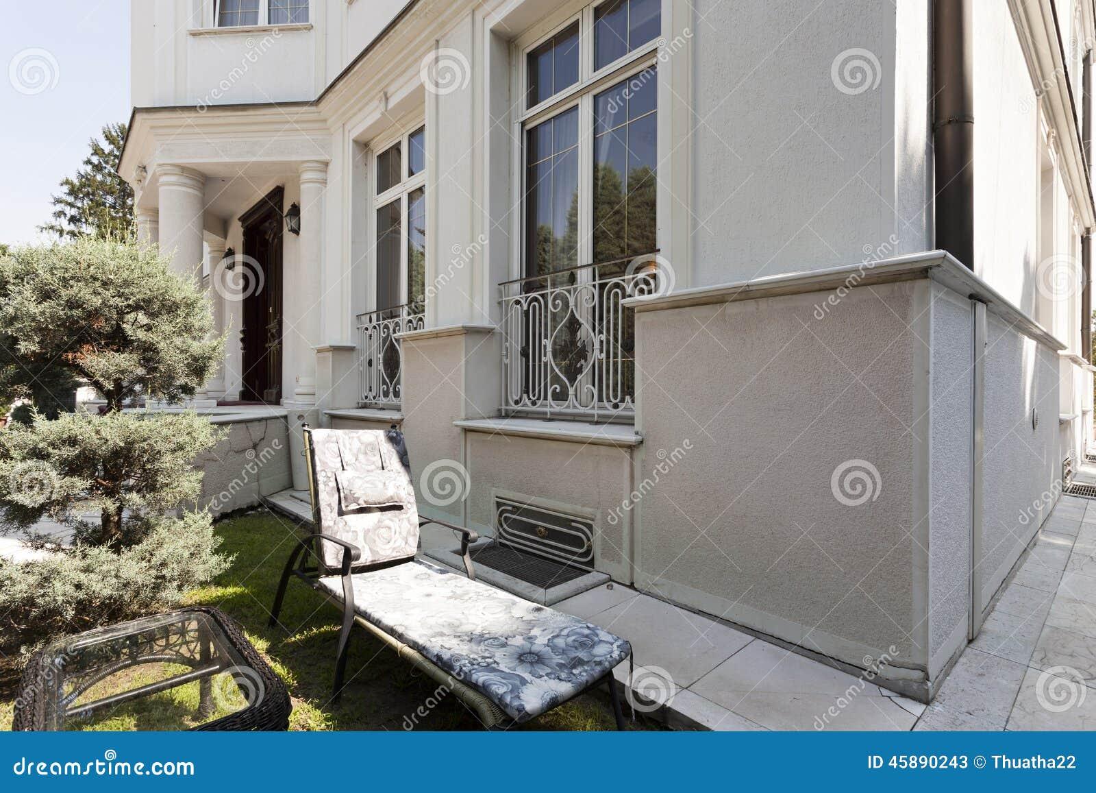 De oude buitenkant van de luxevilla stock afbeelding afbeelding