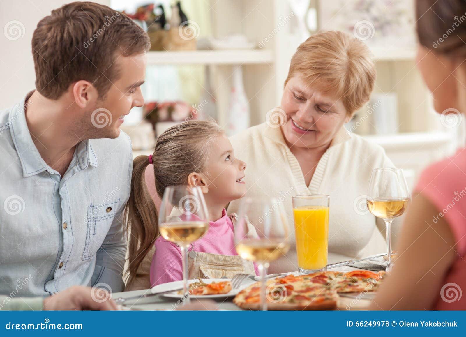 De Oude Dame Viert Haar Verjaardag Met Familie Stock Foto
