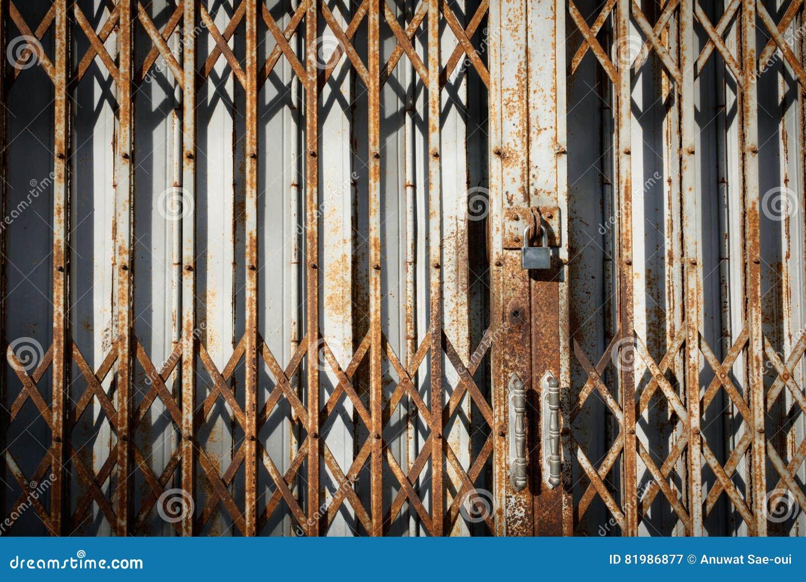 De oude deur van het roestmetaal