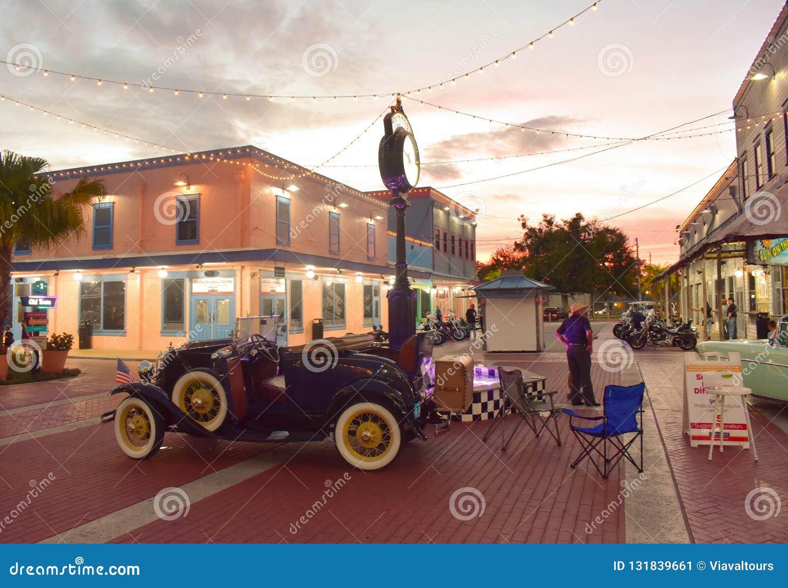 De oude die auto van Nice met zijn deur open bij Oude Stad Kissimmee wordt tentoongesteld