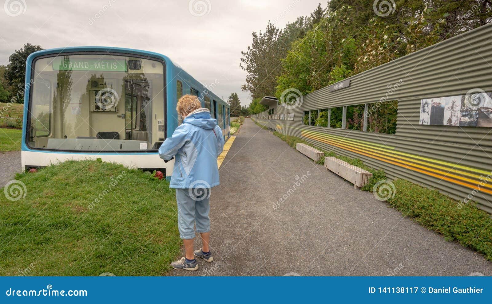 De oude die metro van Montreal auto bij de ingang van Reford wordt geïnstalleerd tuiniert, metis-sur-MER, Quebec, Canada
