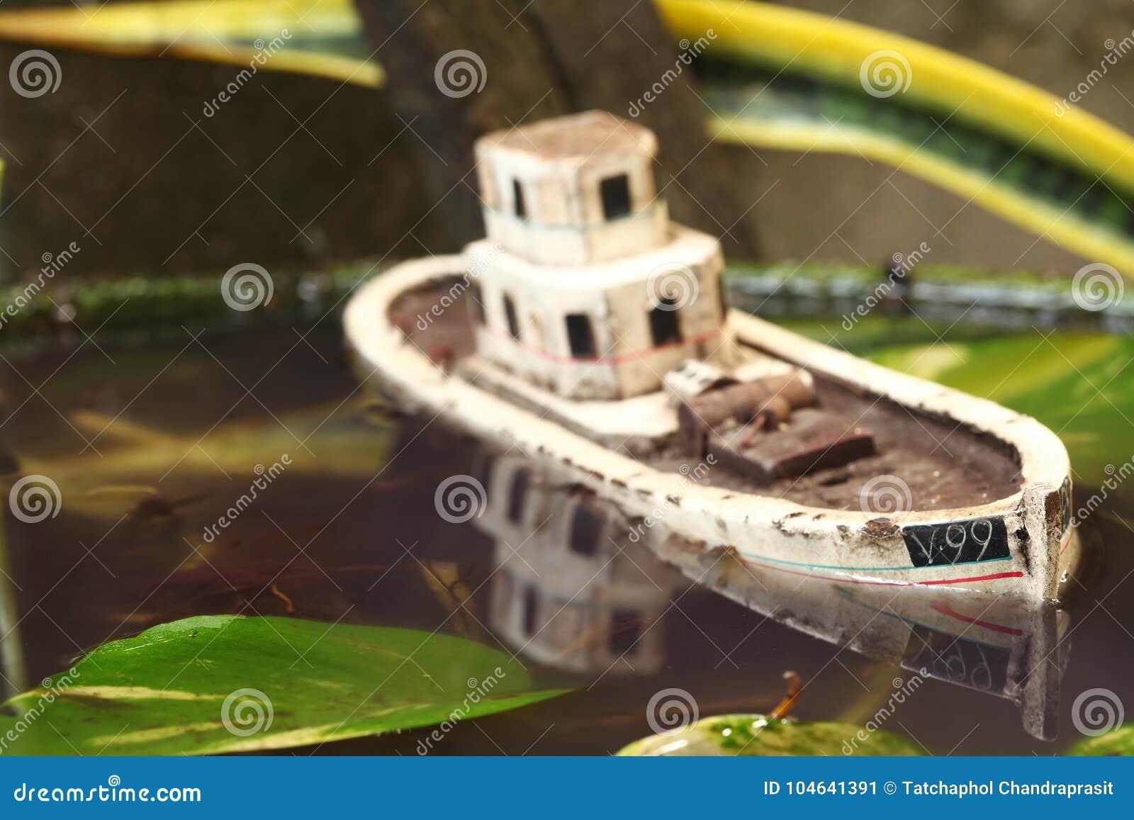 Download De Oude En Vuile Modelscène Van Het Visserijschip Stock Afbeelding - Afbeelding bestaande uit scène, ruïne: 104641391