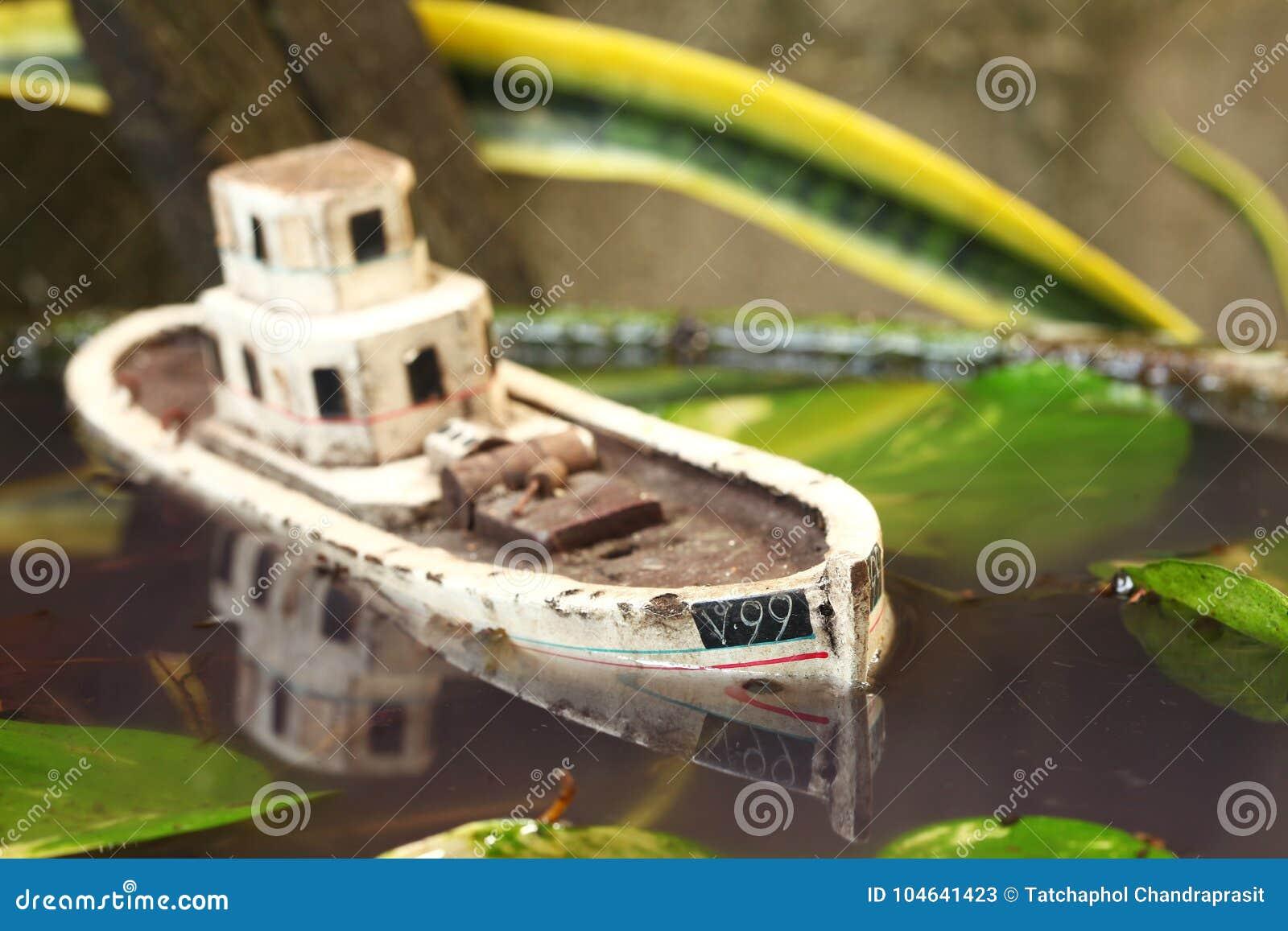 Download De Oude En Vuile Modelscène Van Het Visserijschip Stock Afbeelding - Afbeelding bestaande uit ruïne, lijn: 104641423