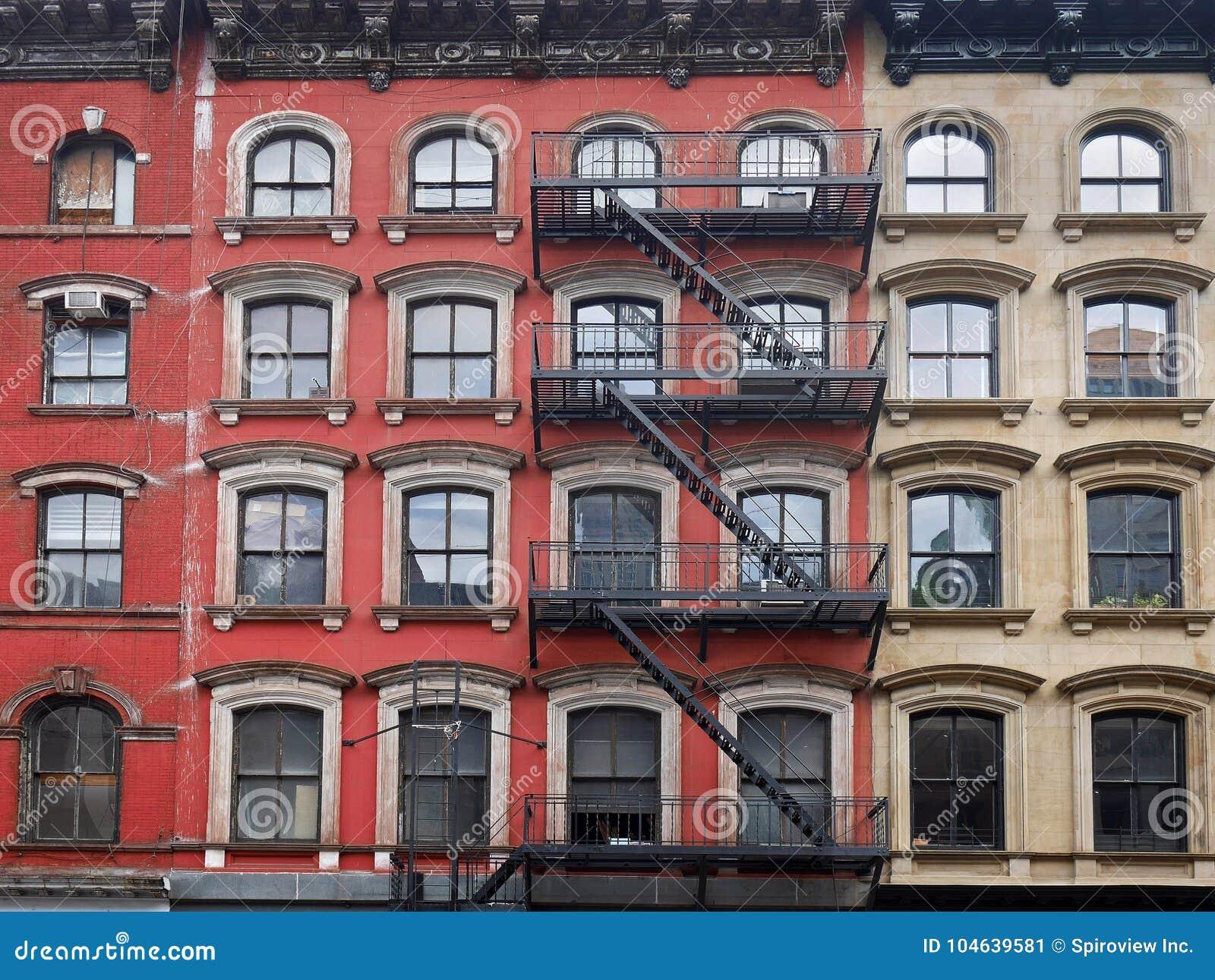 Download De Oude Flatgebouwen Van Manhattan Stock Afbeelding - Afbeelding bestaande uit vlucht, brand: 104639581