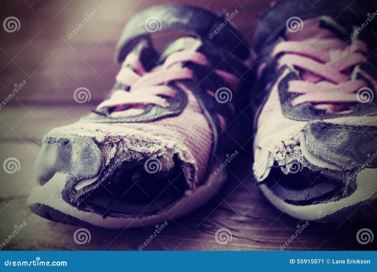64c306d57cda25 de-oude-gaten-van-tennis-atletische-schoenen-55915071.jpg