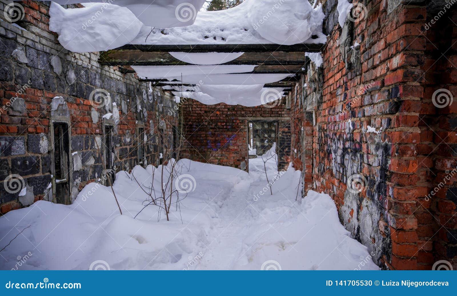 De oude gebroken geruïneerde verlaten bouw