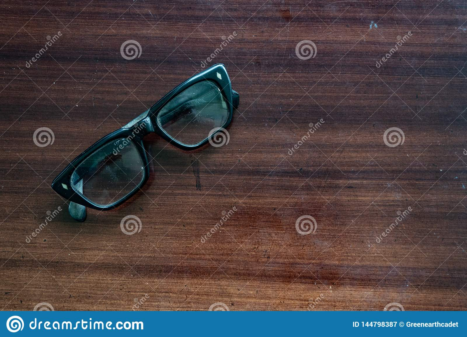 De oude glazen op de bruine houten lijst waren een weinig stoffig