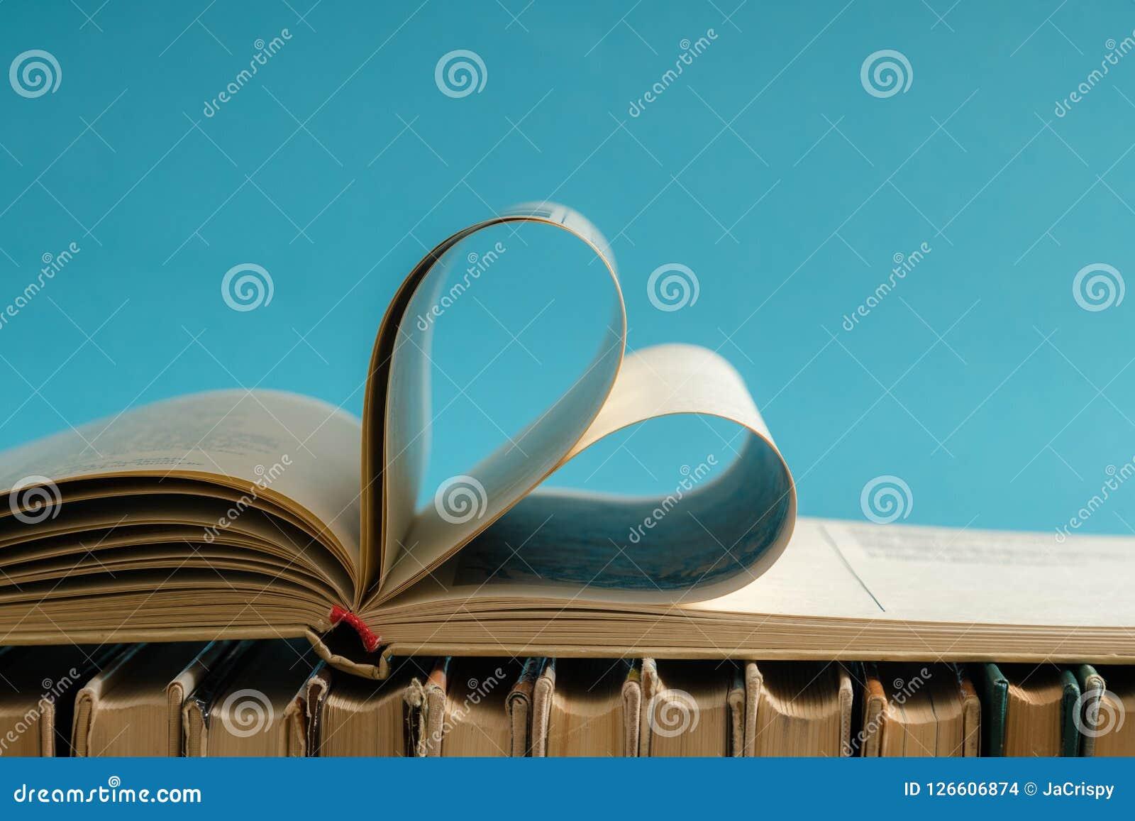 De oude harde pagina van het dekkingsboek verfraait aan hartvorm voor liefde in val