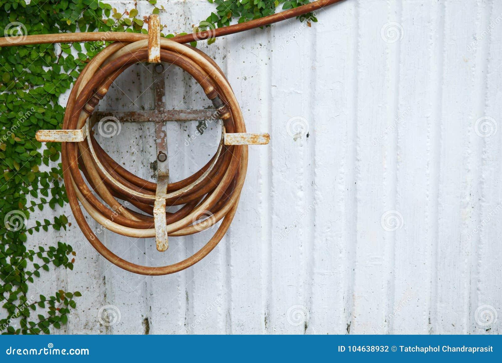 Download De Oude Het Water Geven Slang Hangt Op De Concrete Muur Stock Foto - Afbeelding bestaande uit textuur, rubber: 104638932