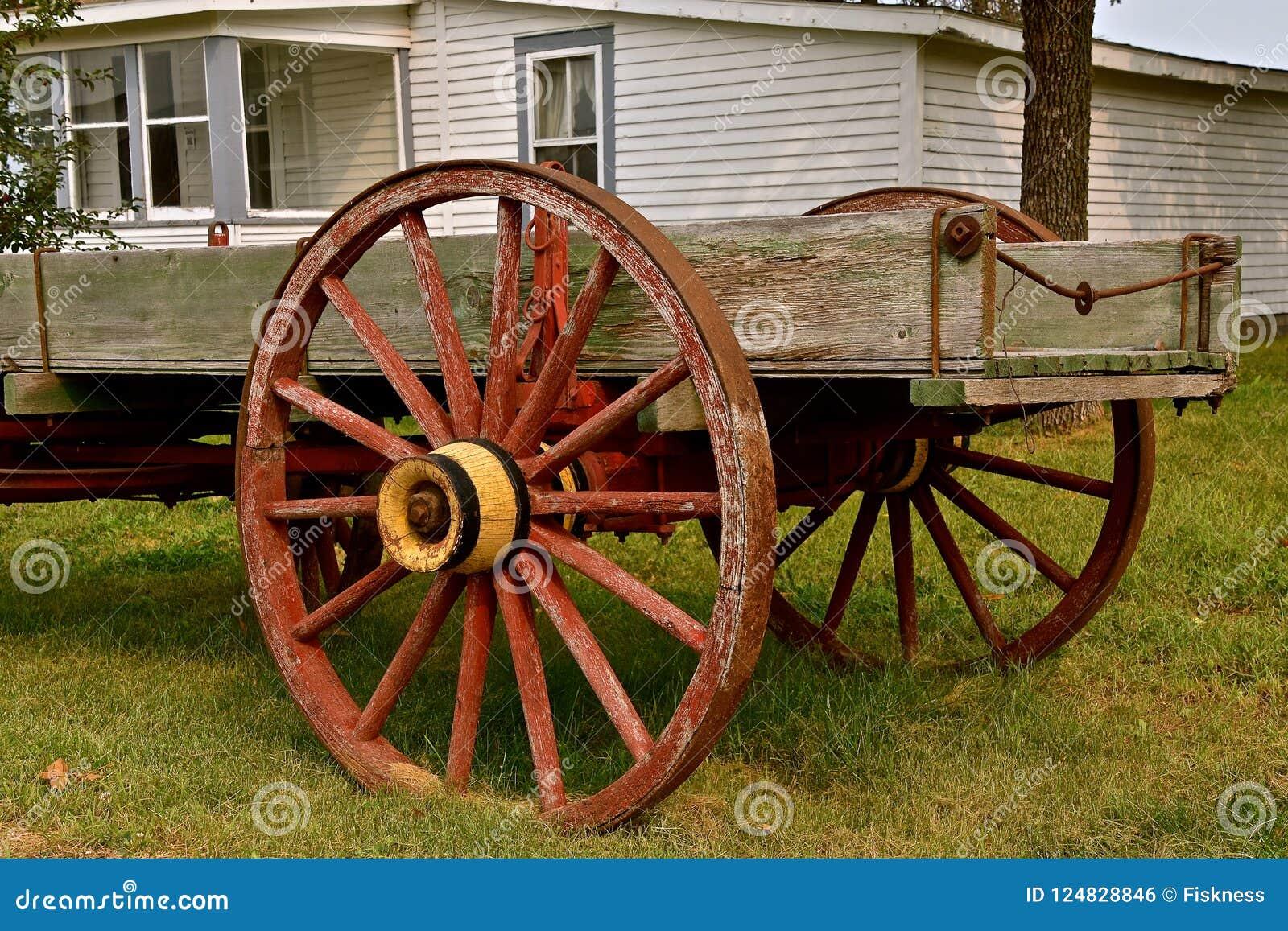 De oude houten wagen met spoked wielen
