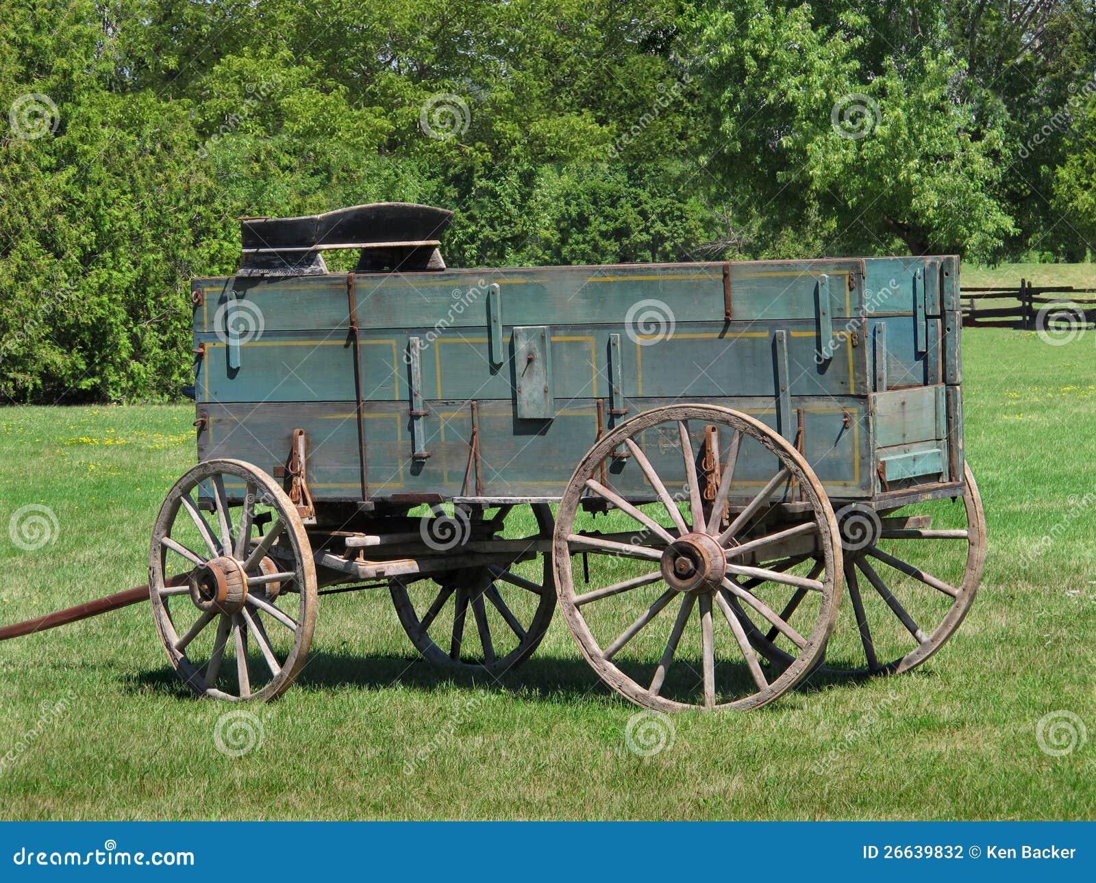 De oude houten wagen van het buckboardlandbouwbedrijf
