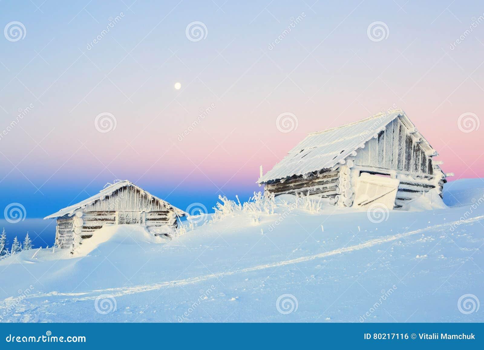 De oude huizen voor rust voor koude de winterochtend