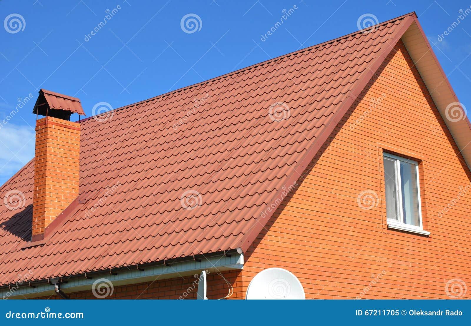 De oude langzaam verdwenen rode tegel en de schoorsteen van het