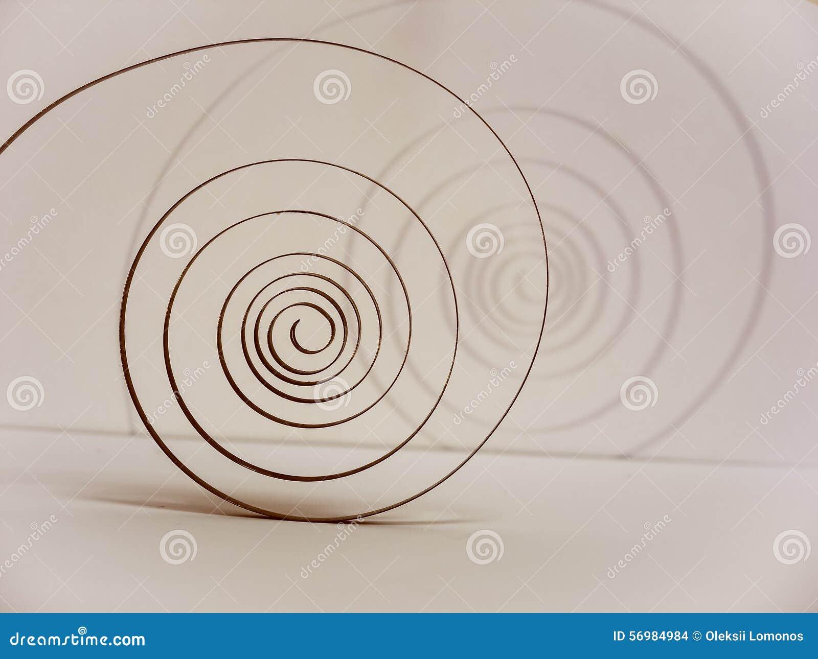 De oude lente op de slinger in de vorm van een spiraal is het hart van het horloge