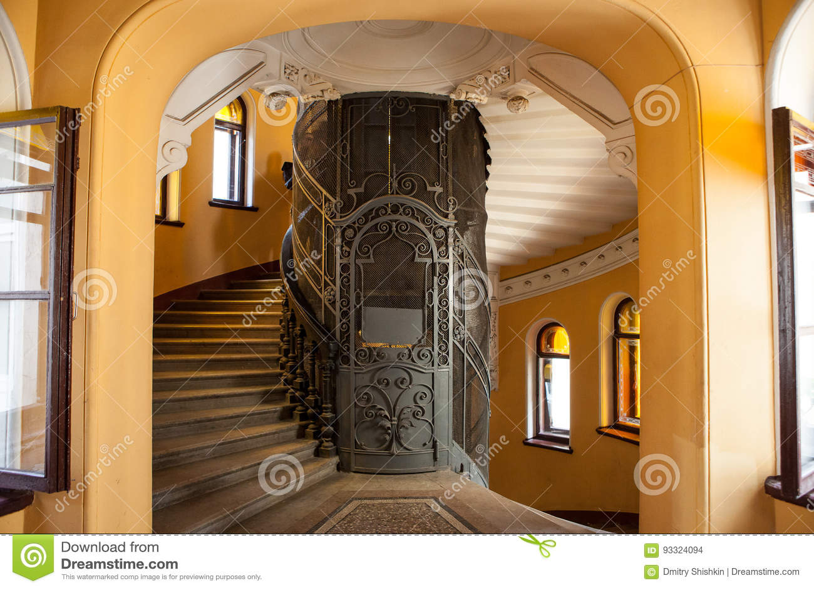 Lift In Huis : De oude lift in de ingang van een huis stock foto afbeelding