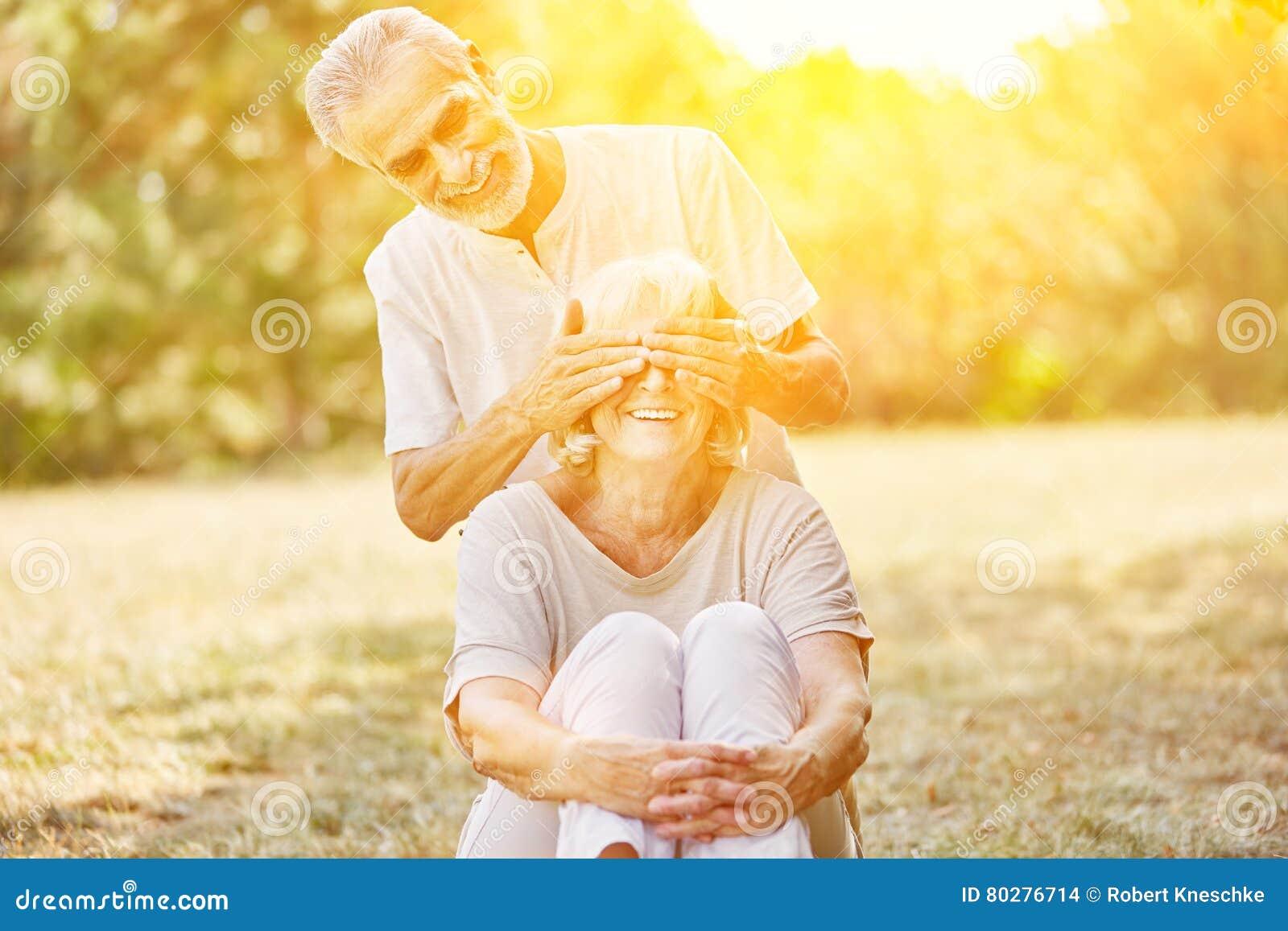 De Oude Man Ogen Van De Dekkingsvrouw S Stock Foto Afbeelding