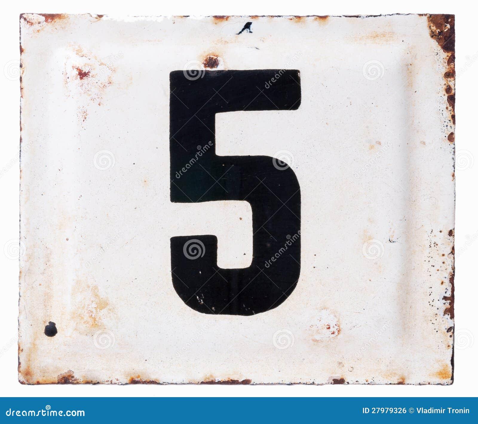 De oude plaat van het metaalemail met nummer vijf