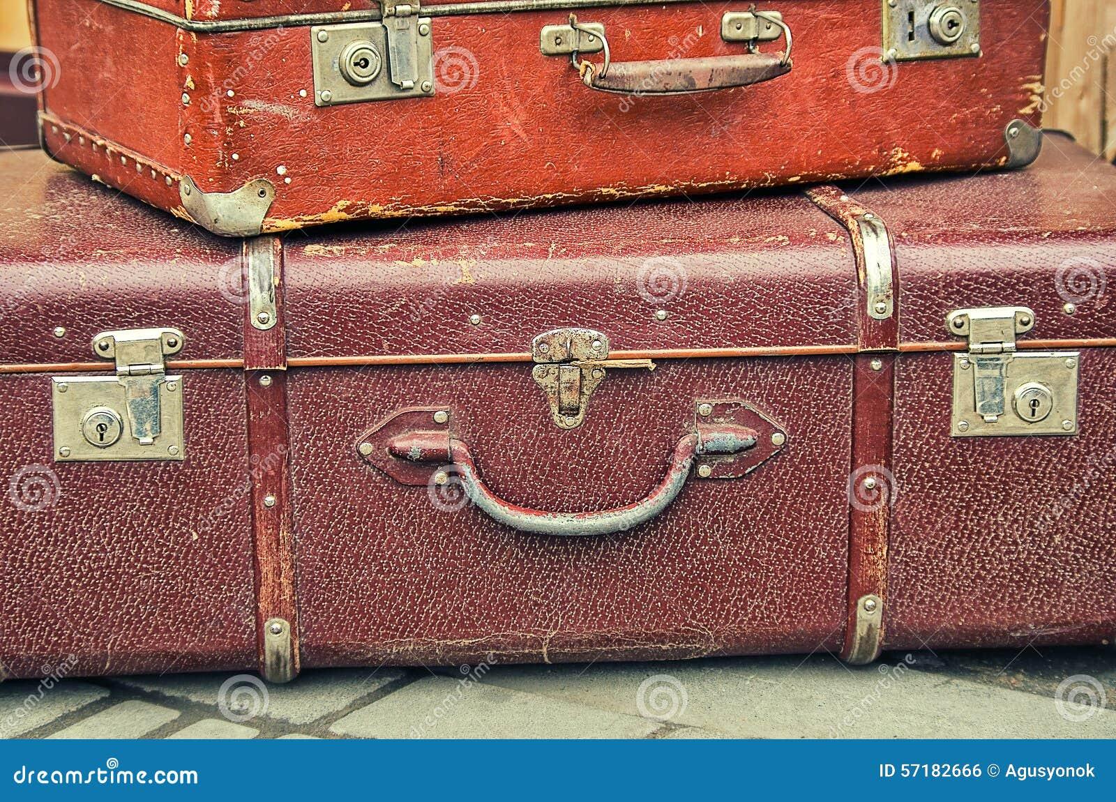 De oude retro objecten antiquiteit heel wat bagage valise koffers
