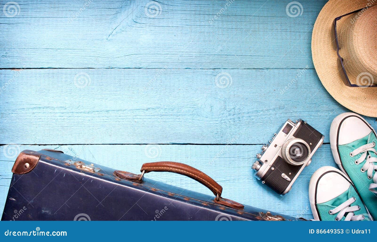 De oude retro uitstekende koffer en cameraachtergrond van de toerismereis