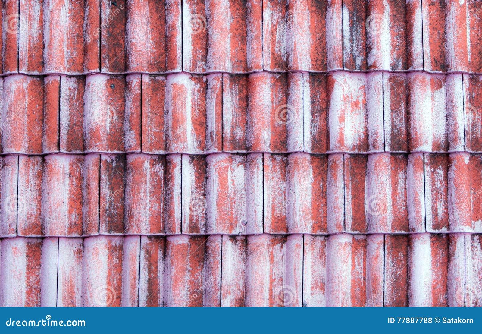 De oude rode tegel op het dak stock foto afbeelding bestaande uit
