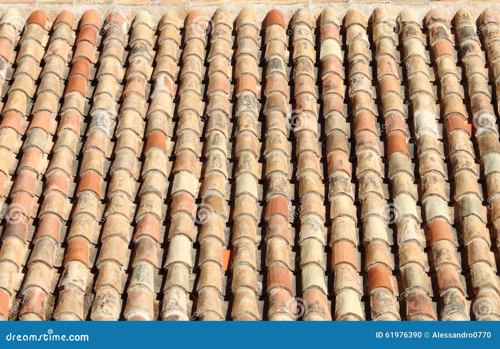 De oude rode tegels van de dakklei stock foto afbeelding bestaande
