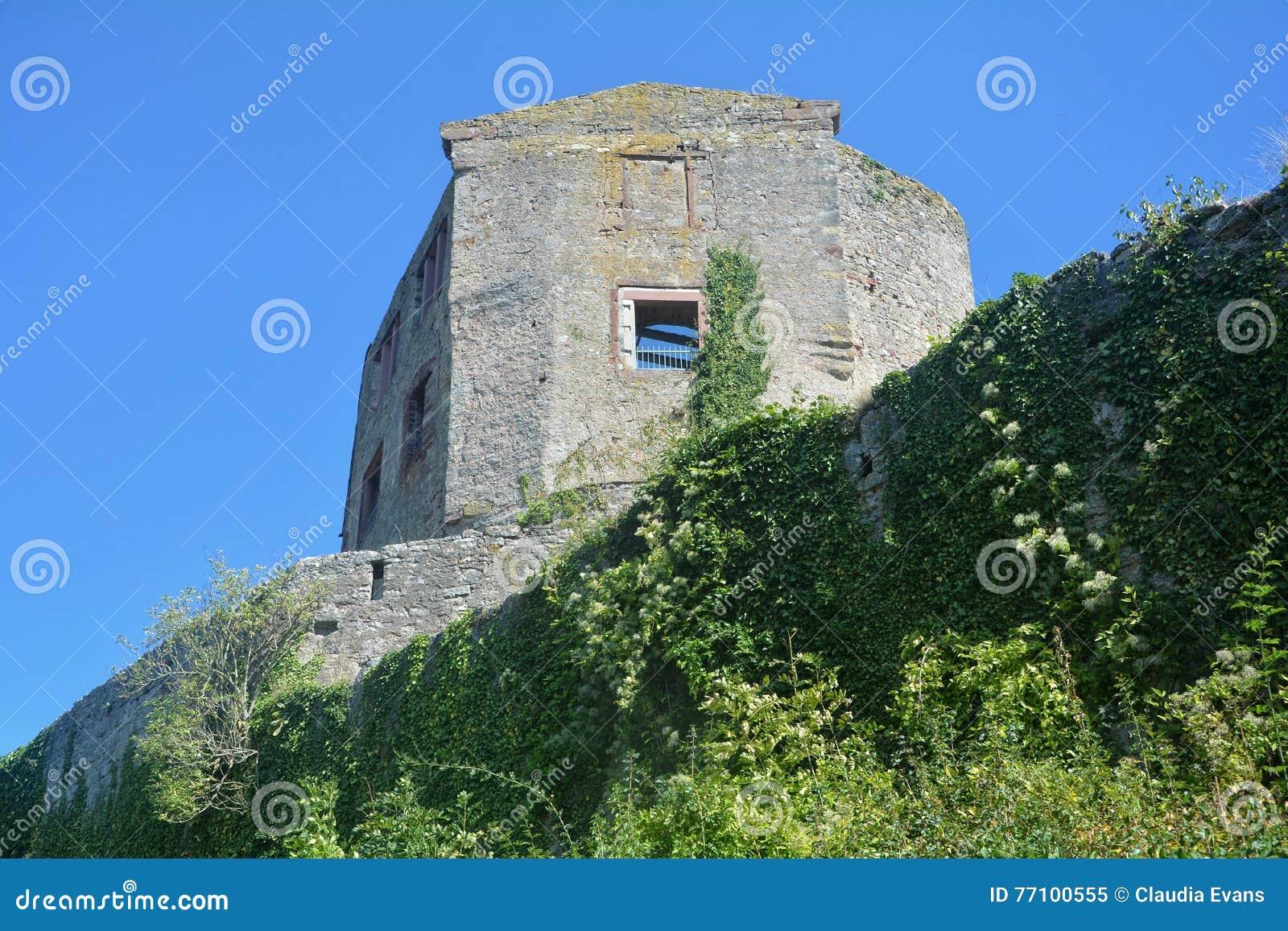 De oude ruïnes van de kasteelmuur