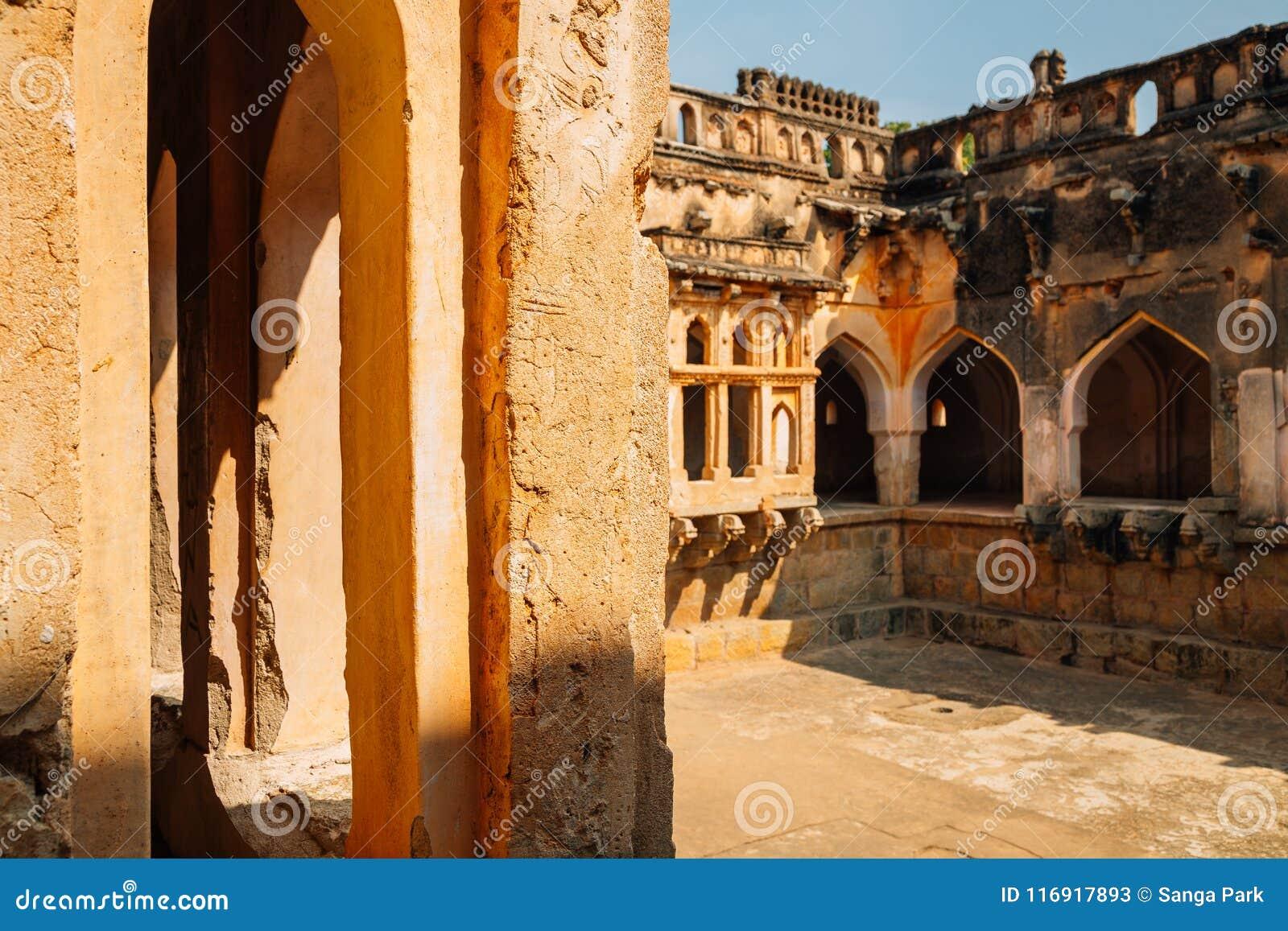De Oude ruïnes van het koningin` s bad in Hampi, India