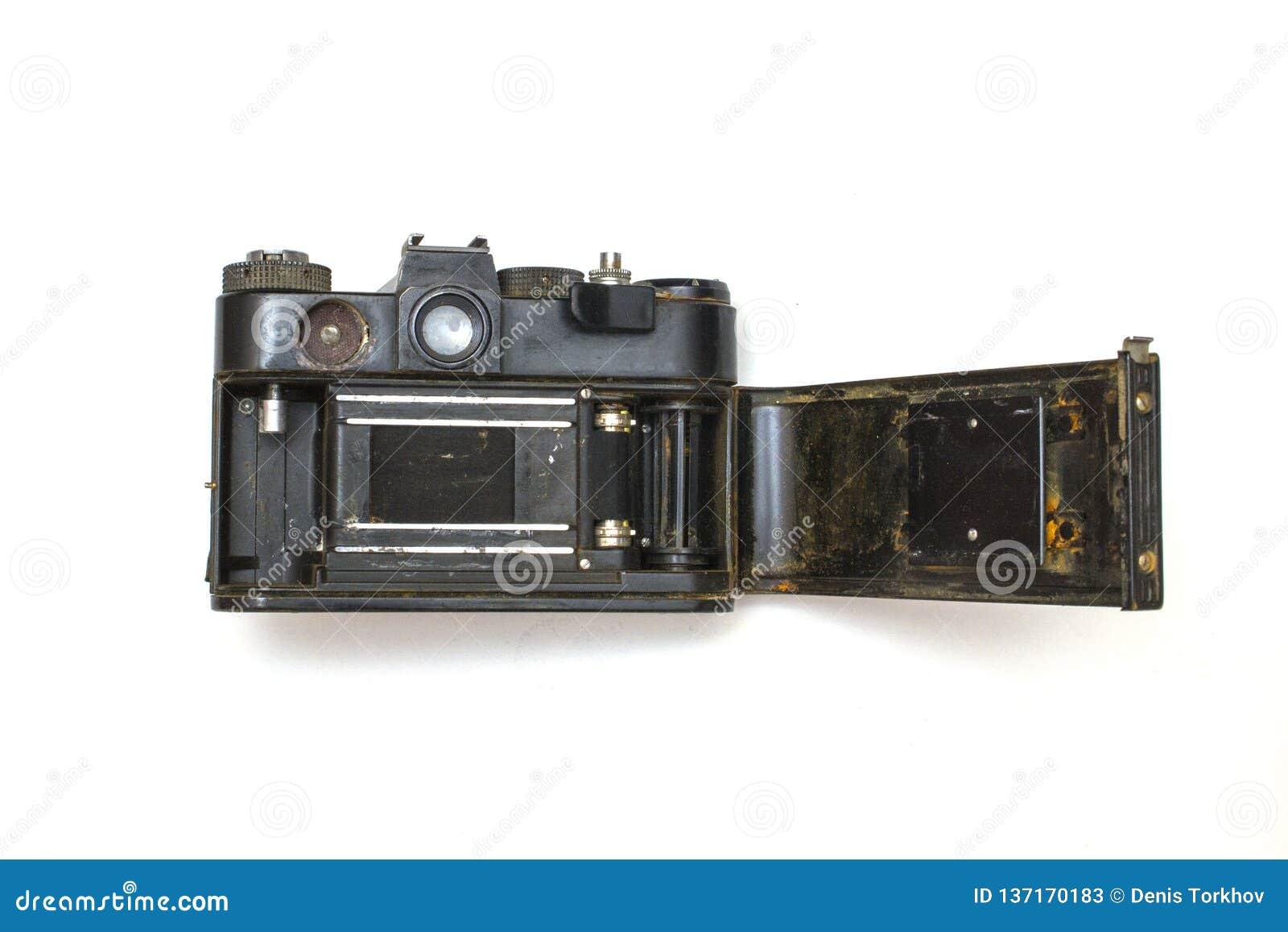 De oude SLR-camera roestte van het vallen in het water, op een wit geïsoleerde achtergrond