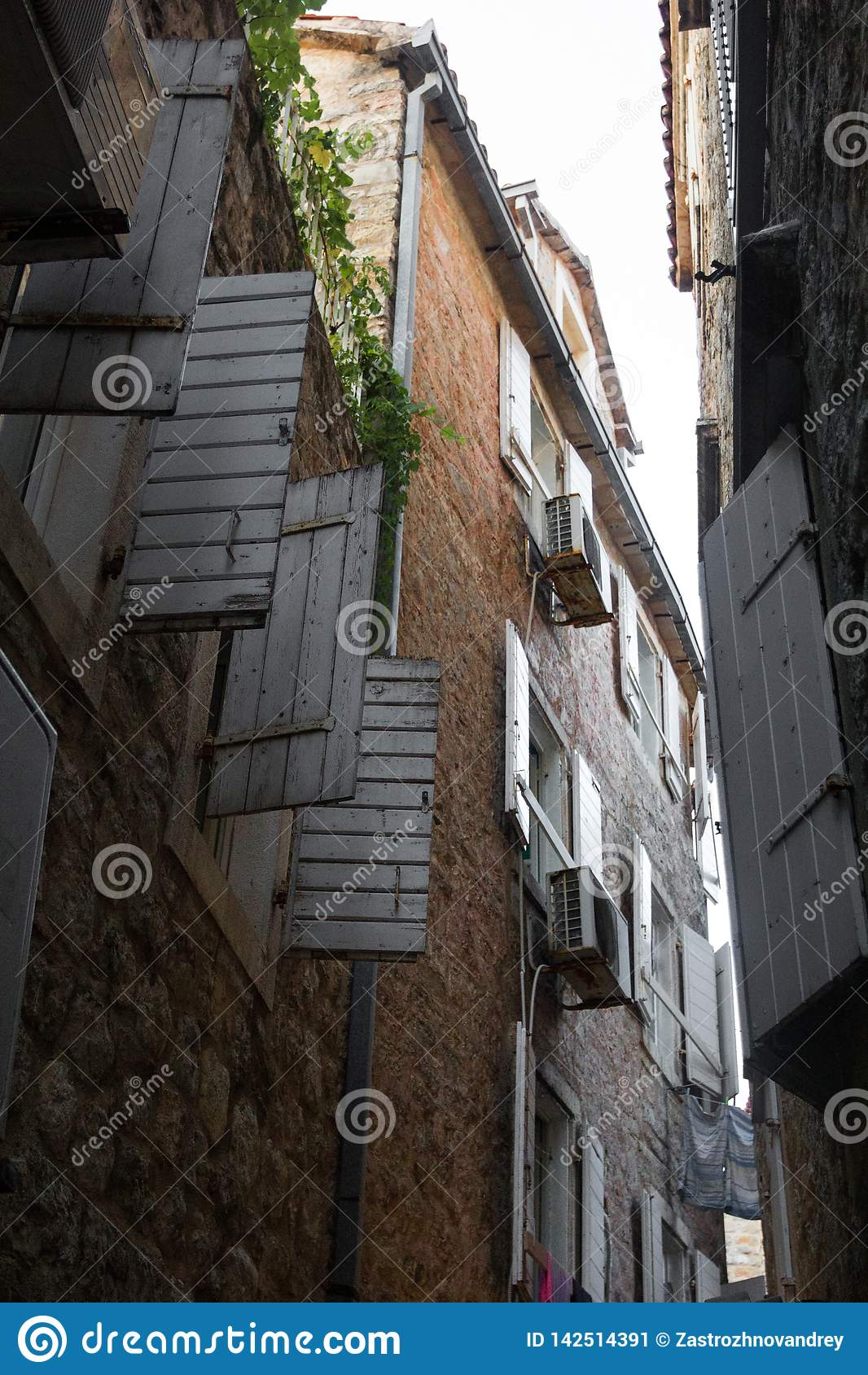 De oude smalle straat, de mening boven Open vensterblinden