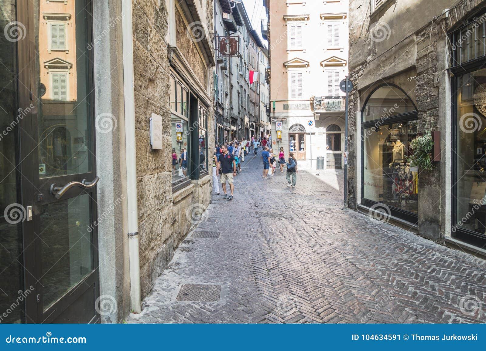 Download De Oude stad van Bergamo redactionele foto. Afbeelding bestaande uit italië - 104634591