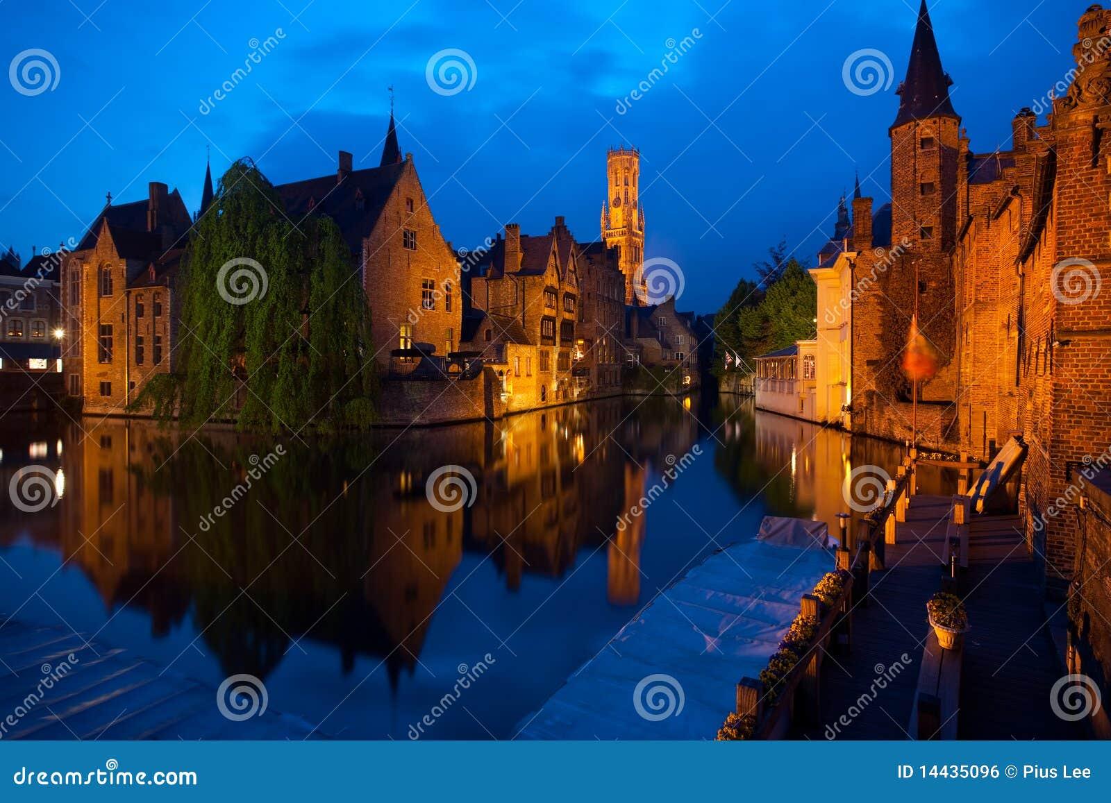 De oude stad van Brugge bij nacht