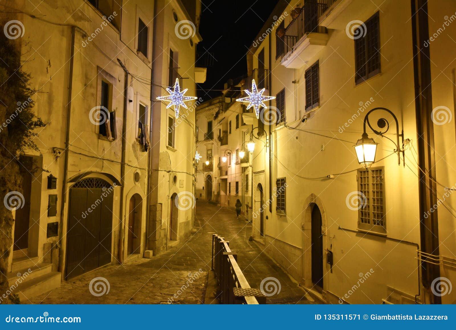 De oude stad van Eboli in zuidelijk die Italië door lichten wordt verlicht