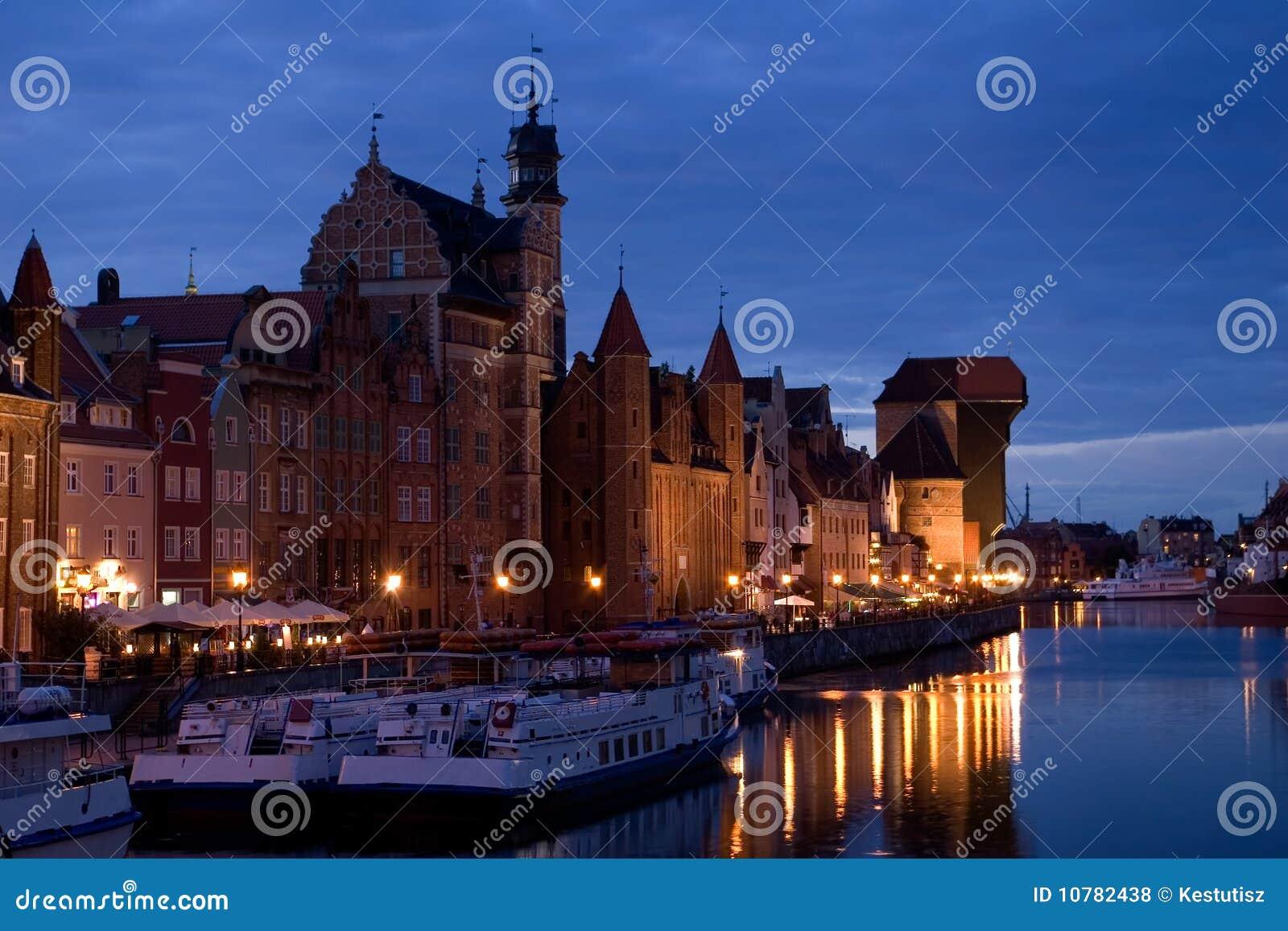 De oude stad van Gdansk bij nacht