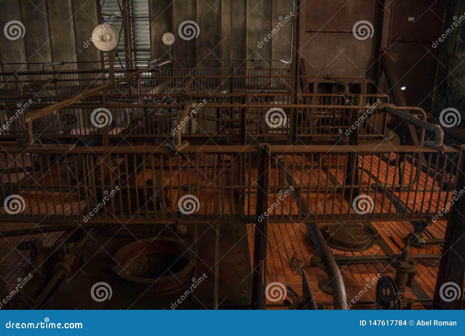De oude thermische elektrische centrale, roestig en retro ziet eruit