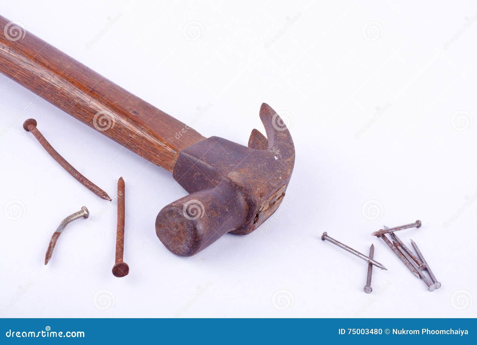 De oude Traditionele gebogen die klauwhamer en de roest nagelen kopspijker op wit geïsoleerd hulpmiddel wordt gebruikt als achter