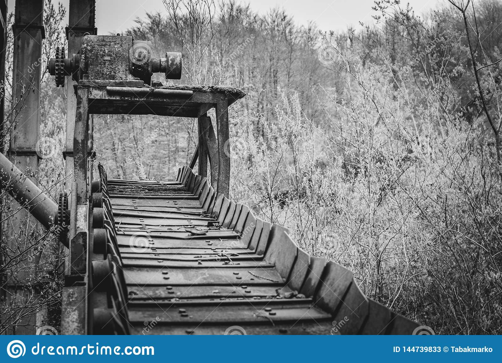 De oude transportband van de mijnbouwfabriek in aard