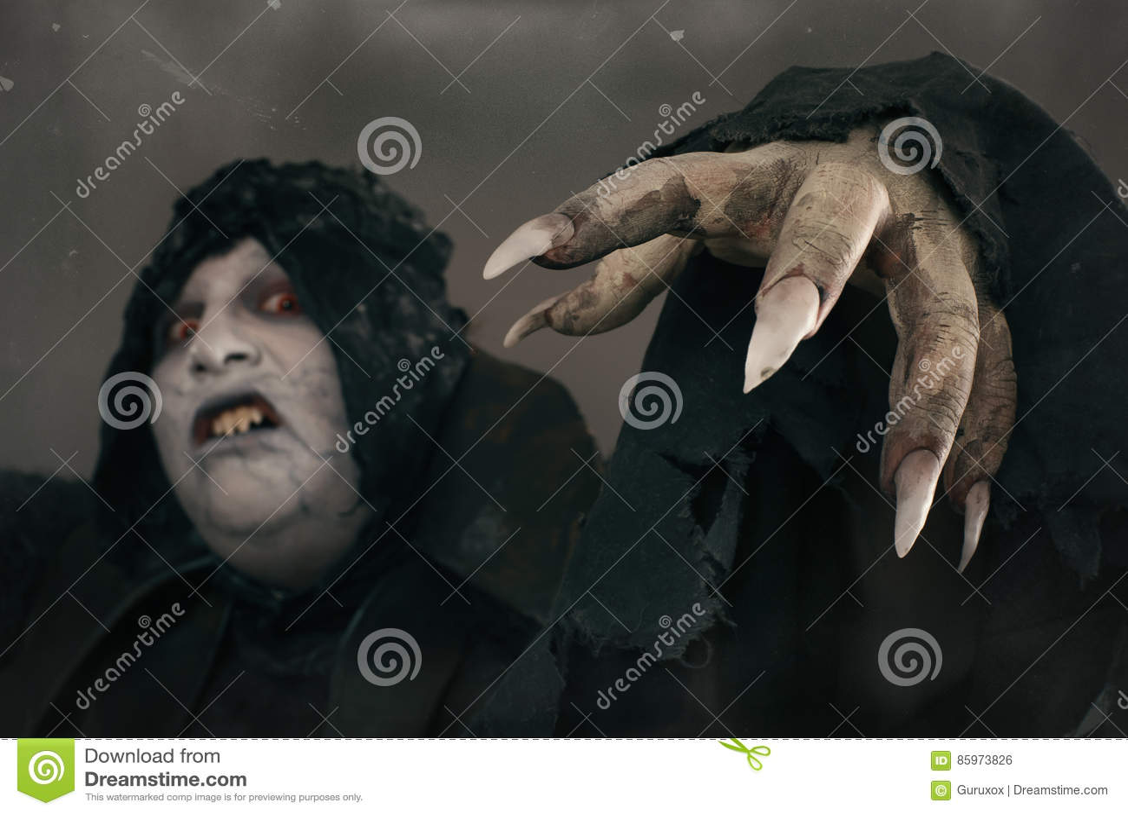 De oude vampier van de verschrikkingsmutant met grote enge spijkers Middeleeuws F