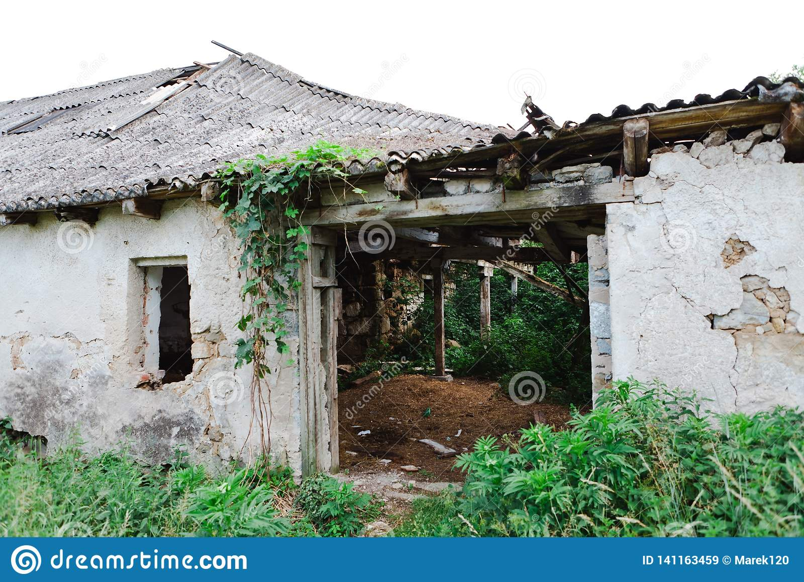 De oude verlaten bouw met asbestdak - de Tijd is almachtig